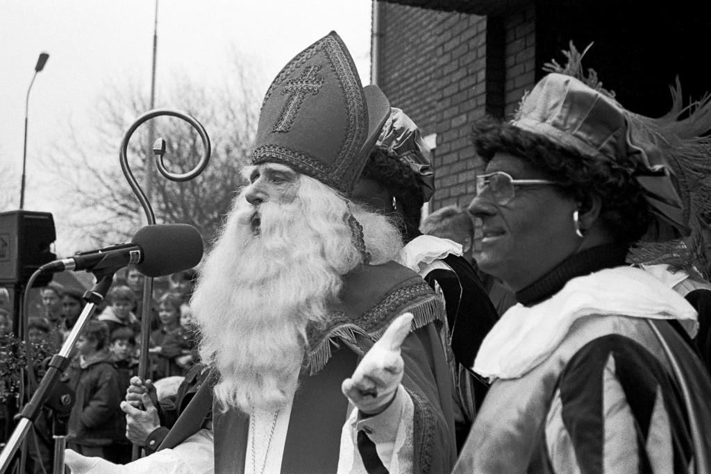 Sint was op dreef tijdens zijn welkomstwoord; dat vond ook deze Zwarte Piet die de Sint al voor de 25e keer terzijde stond